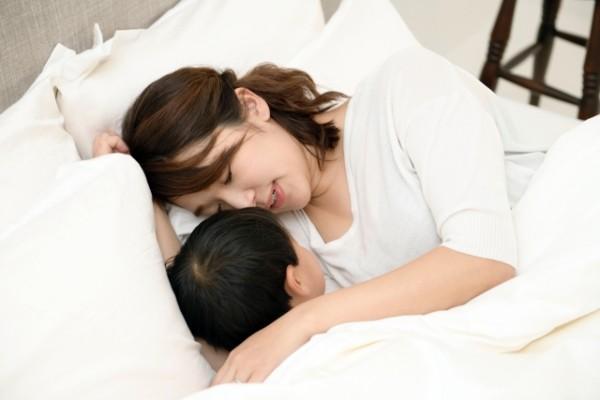 生後3ヶ月、赤ちゃんと添い寝するママをリラックスさせる意外な方法